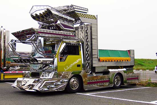 decorated trucks of Japan, dekotora